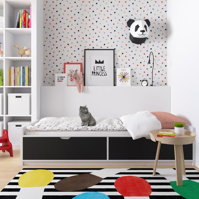 儿童房的设计被铺天盖地的色彩点亮渲染,白色的空间也更过地为孩子提供了发挥的余地。