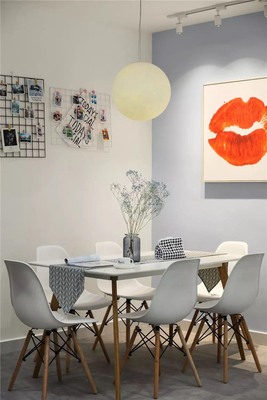 照片墙与餐布的点缀,让餐厅更富有情趣。