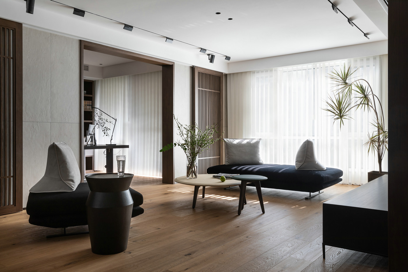书房与客厅相连,木地板连接公共空间,自然肌理令人一见倾心。