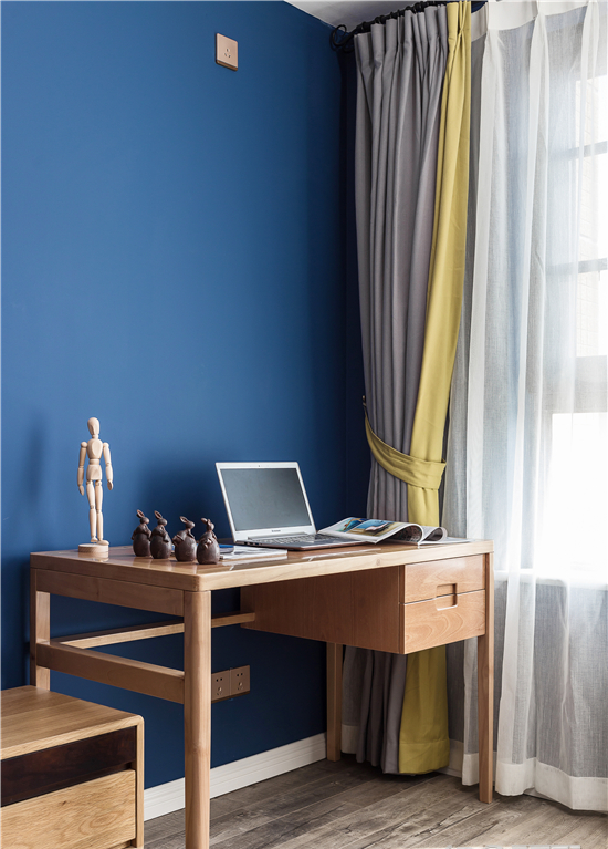 客厅窗边设计了一个小小的阅读办公区,一台电脑、一本书、享受一个惬意的阳光午后!
