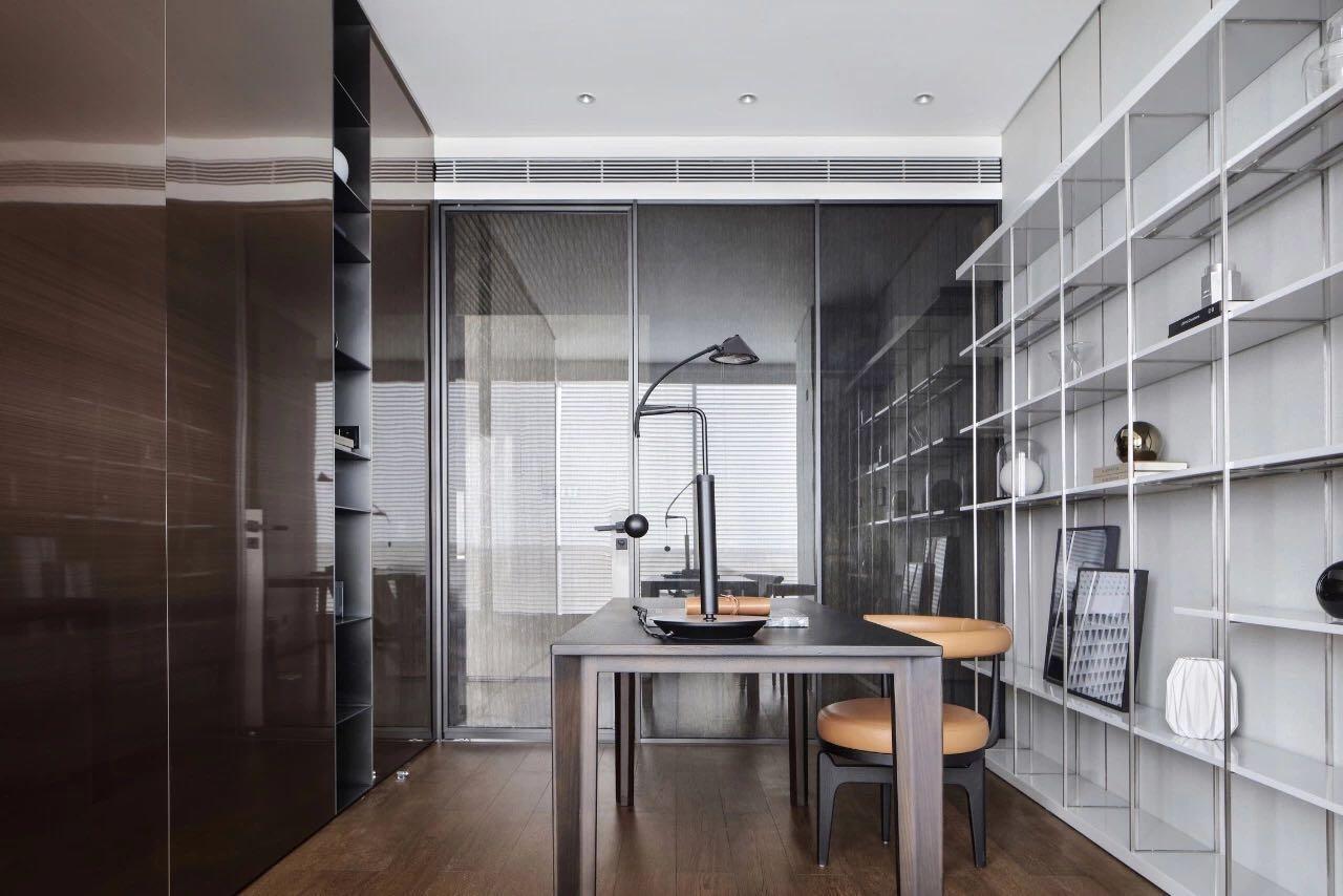 書房可塑性很強,兩側背景打造爲收納櫃和書櫃,營造出高級的質感。