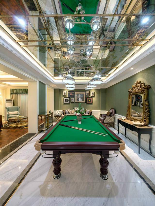 书房前侧便是桌球区,镜面吊顶的设计,可以带来反射性的作用,显得空间格外宽敞。