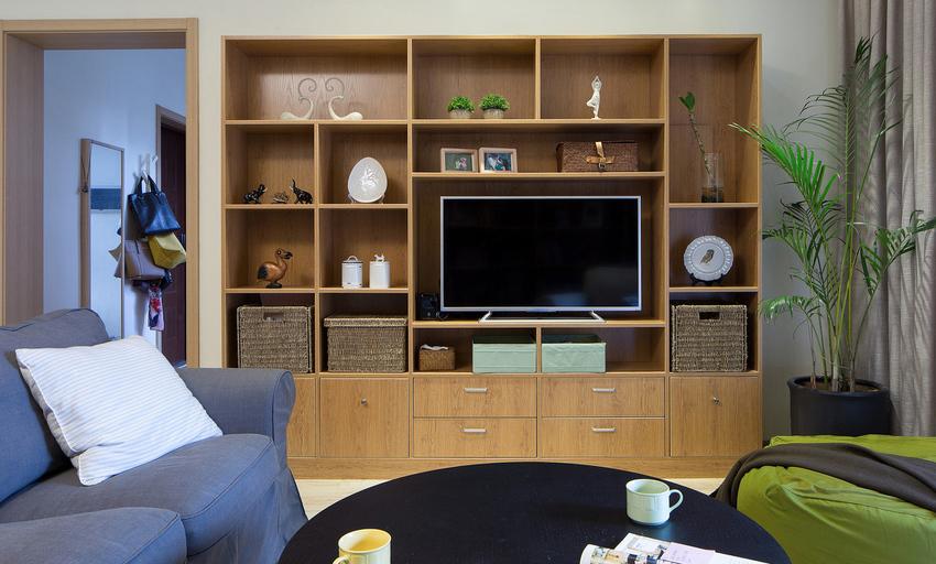 谁说一定要电视墙,把电视机放进柜子里!分格设计可以提供更多空间小物件。