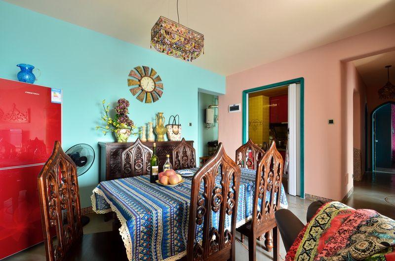 餐厅和客厅连在一起,充满民族风的桌布和灯都有浓浓的西方情调。