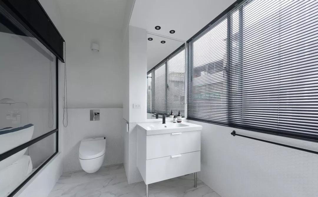 卫生间整体简洁大方,搭配黑色百叶窗,又给空间增添了几分时尚。