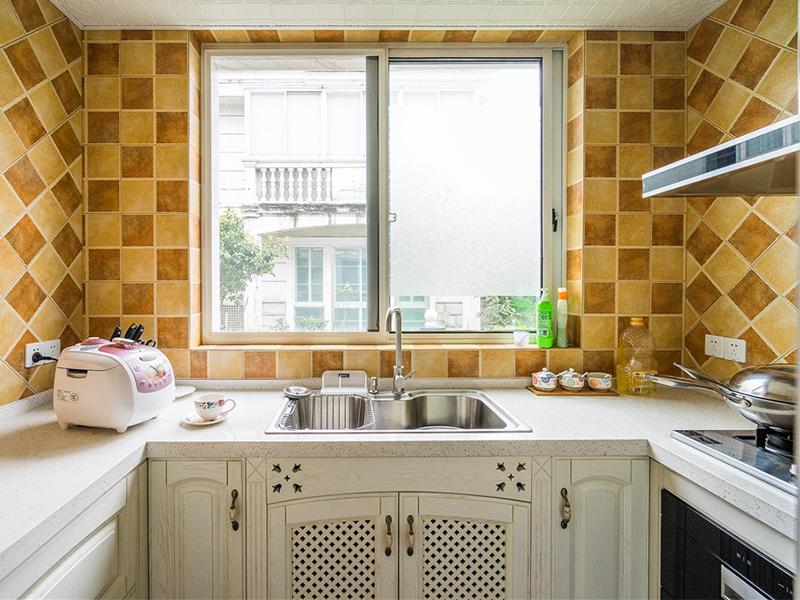 偏爱中餐的话,建议选用大一点的单槽,那样水槽能够把炒锅装进去。