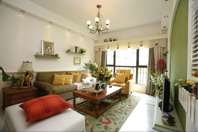 整个客厅设计让人眼前一亮,随处可见的植物装饰,搭配绿色花纹地毯,将田园自然风表现得淋漓尽致。