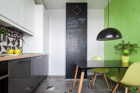 厨房区域相当宽敞,和用餐区连接在一起。在灰白色家具和黑白色地板中都嵌入几何图案的花砖。