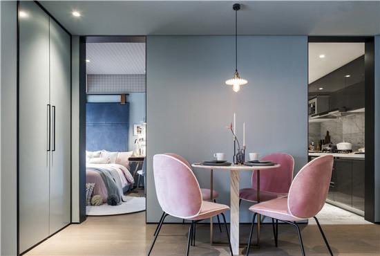 空间功能模糊化处理,选择利用软装饰品或家具材质和色彩的变化,简单划分出空间的层次。