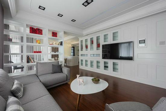 在电视墙上以线板造型及展示柜的形式,让美感形塑外也能兼具机能性。