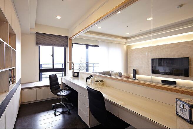 书房在沙发背面隔出来,没有选择原木的书桌,儿时白色定制书桌让空间更加镇静。