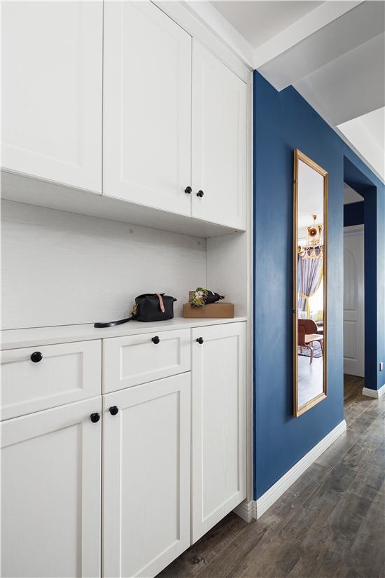 考虑到进出门的仪容整理,以全身镜作为空间的穿插引导,带入室内。