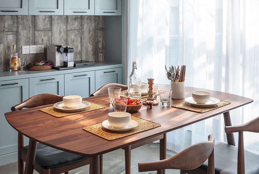 黑胡桃木的餐桌椅简洁质朴。
