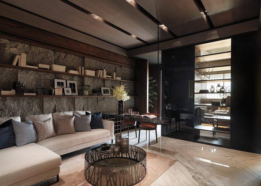位于无采光侧的客厅,引介厨房、书房的自然光线,穿透式的双面书架。