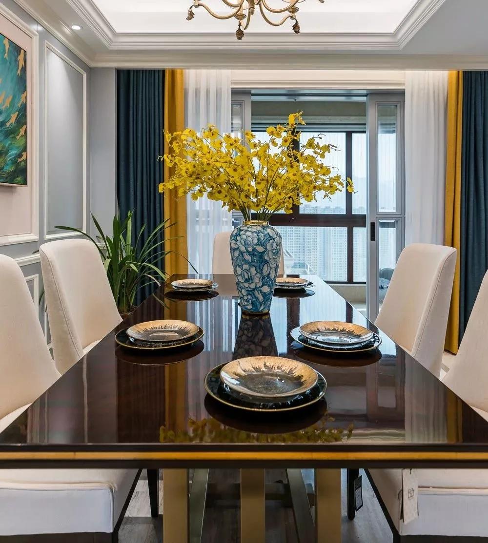 餐厅给人眼前一亮,黄色碎花的置入与窗帘局部相交映,为空间增加了活力感。