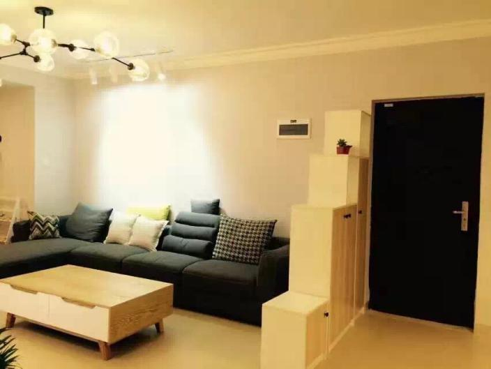 浅色的地砖搭配灰色沙发非常和谐,形态大小各异的靠枕也为白色的房间增添了些许活力。