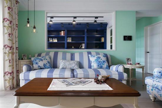 越过窗框的视线落在后方书房的宝蓝色书柜,与前方浅蓝条纹沙发共筑井然有序的景深层次。