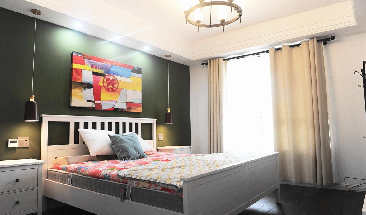 卧室面积较大,墨绿色床头背景墙让整个卧室显得更为沉稳。