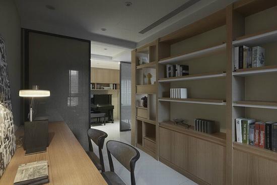 书柜桶身结合三种质材,背板同样采用珪藻土的语汇,开放式层板则以白漆板材结合L型本色木质,呈现层次丰富