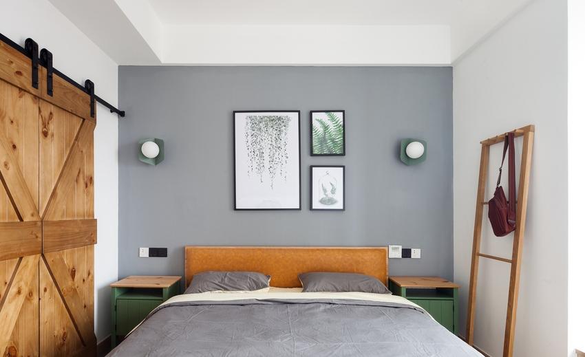 一张床、一根置物杆,垂坠的植物画饰,仿佛置身暖阳初升的森林。