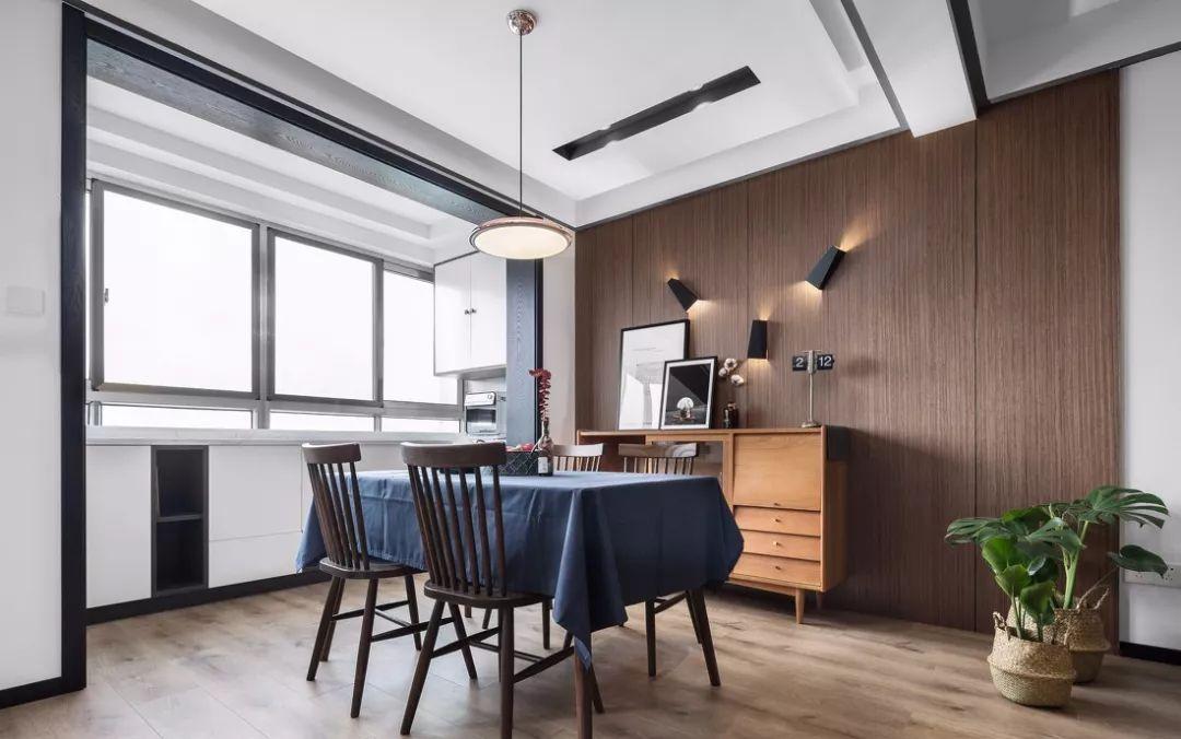 咖啡色系的地面给人以稳定踏实的感觉,而立体空间大面积的留白,轻盈而灵动,有效地提升空间高度的视觉感受
