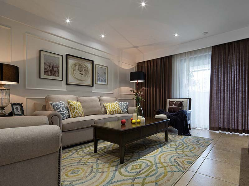 蓝黄两色交叉的方块地毯,配上素净的沙发,简单而有风情。