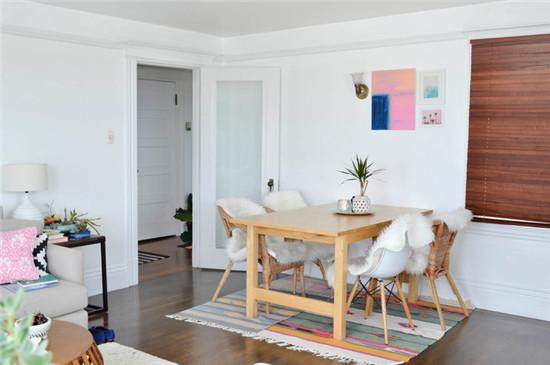 以一块地毯为区域划分了用餐区,四人小木桌,温馨却不拥挤,生活便捷。