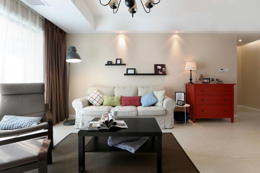 客厅里的颜色较多,但似乎都是点缀式的用色,整体看上去不呆板,跳跃式的红色让人觉得更加温馨。