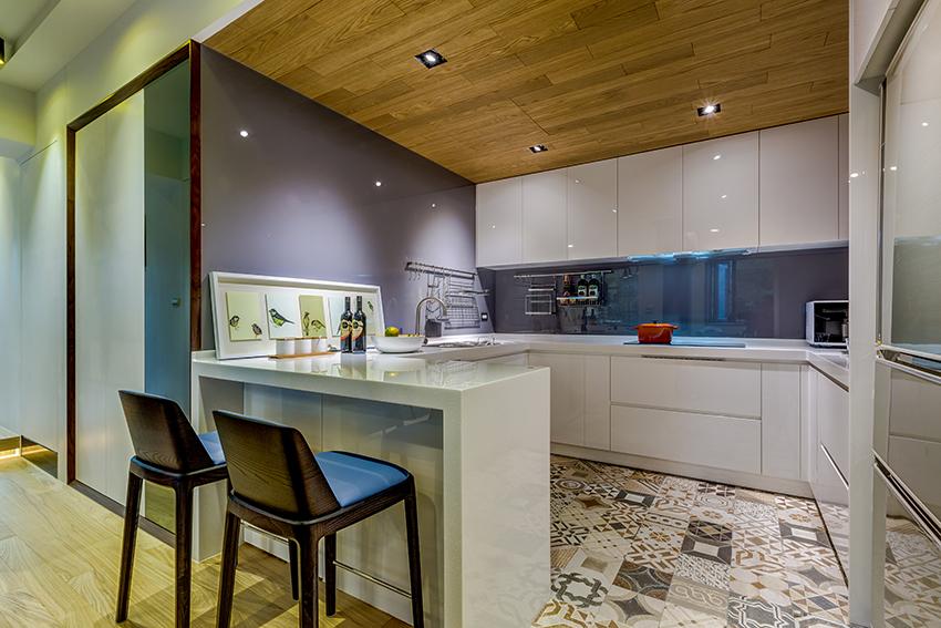 厨房以开放式为主,恰当好处的以进出做了吧台为遮挡,整体清爽干净