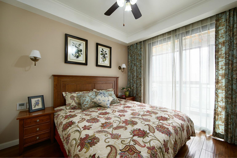 次卧较主卧色调上更素雅,,配上深色家具,整体更加安逸舒适。