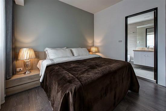 加入橄榄绿让床头墙变成视觉焦点,床头板使用木作方式打造而成,与两侧柜体紧密依偎呈现一体成形设计。