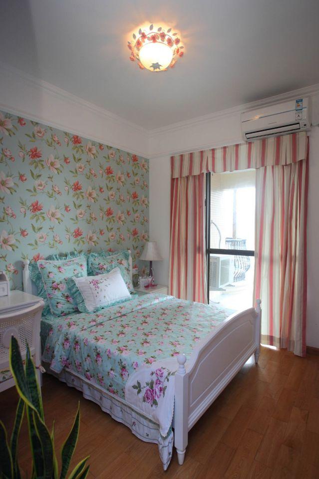 卧室力求舒适,蓝色印花元素简约时尚,打破了空间的沉闷感,伴着花海清风,享受一夜安眠。