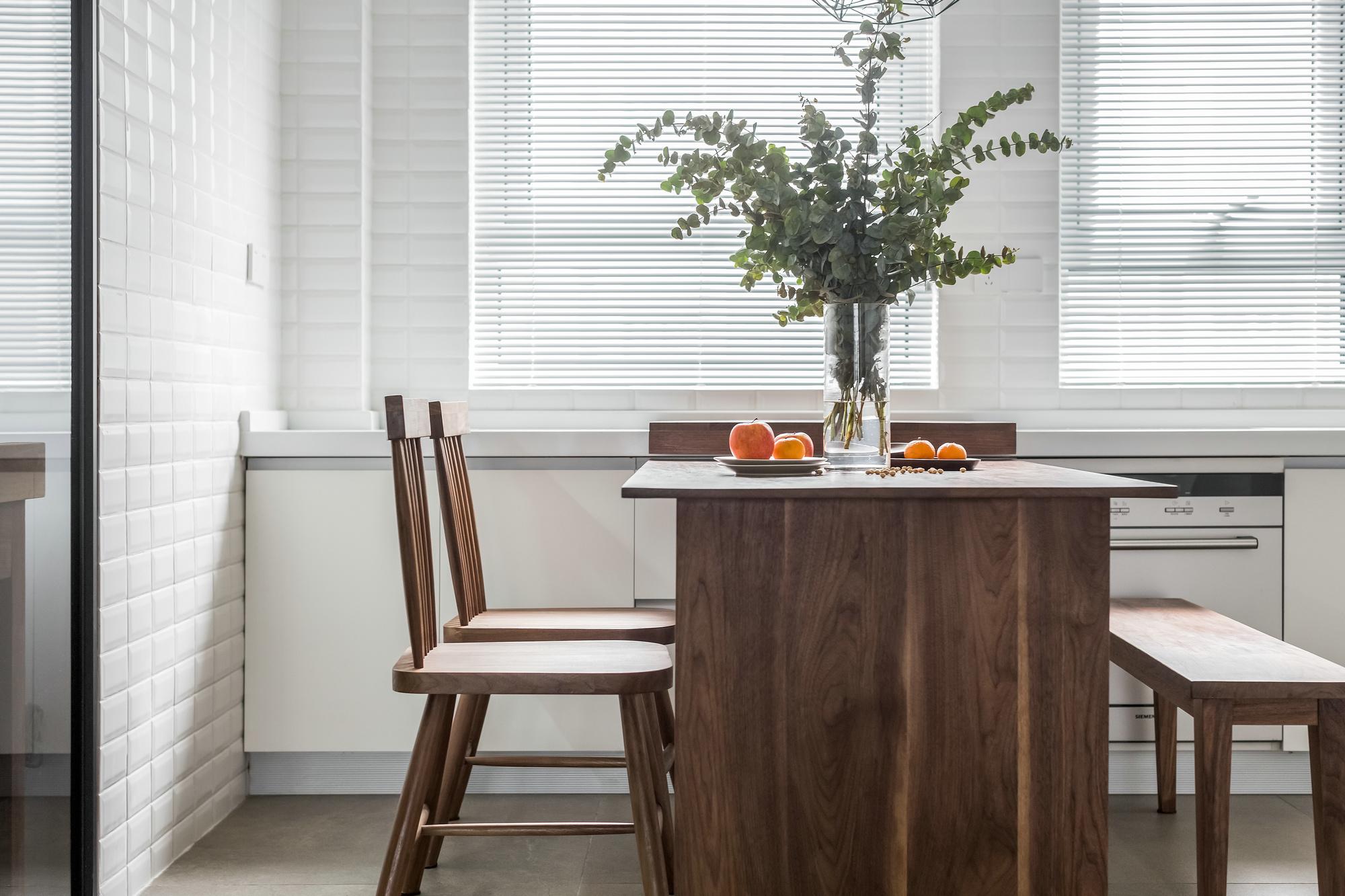餐厅在客厅的旁边,与厨房在隔开区分空间。