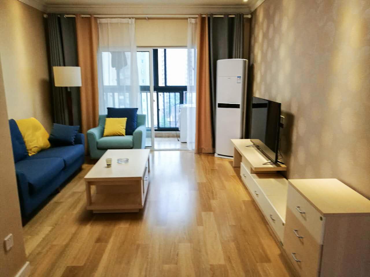 客厅以米色为基调,轻快的蓝绿组合沙发与亮黄色抱枕混搭,整体给人感觉跳跃活泼又有质感。