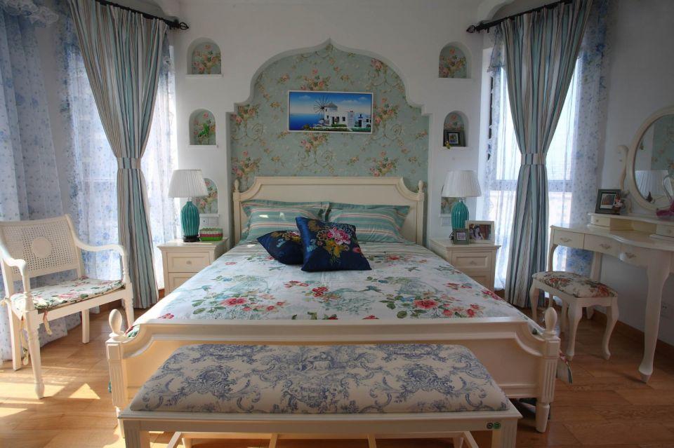 在选色上,一般选择直逼自然的柔和色彩,带有地中海风格的拱形床头背景墙,让人舒缓放松。