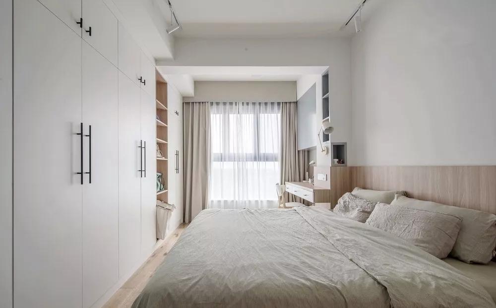设计师将主卧阳台打通,极大增加了空间,反而在卧室安装成一个书房,实用美观。