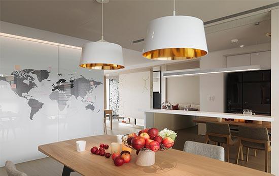 屋主期待的世界地图设计安排在通往私领域的廊道墙面,也成为美丽的用餐风景。