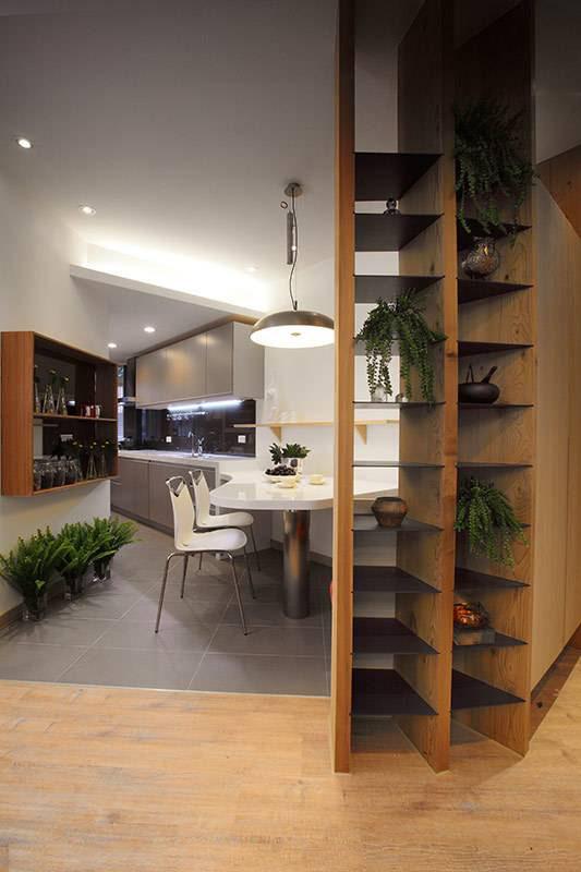 实木与黑铁打造出通透的展示架,让精心布置的植栽小物,成为客厅与餐厅同赏的风景。