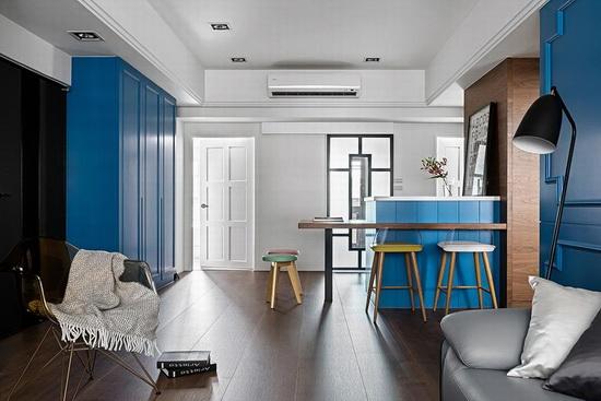 利用清玻与雾玻两种介质设计厨房门片,使自然光得以引入用餐空间。