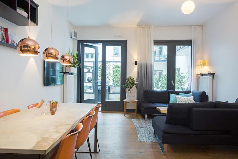 客厅平常而宁静,与窗外阳台上的植物浑然一体,仿佛置身在夏日的午后。