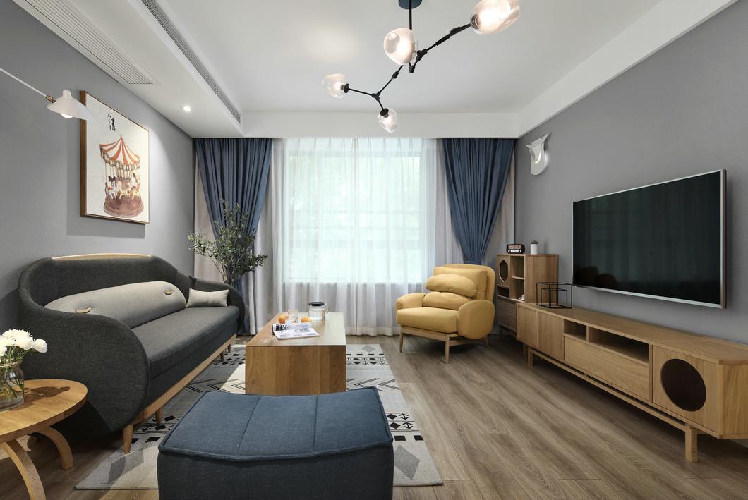 客厅简约明亮,空间摒弃繁杂装饰,设计手法从简,橘色沙发与木色家具相互呼应,形成色感平衡。