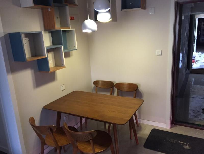 餐厅是一个设计简洁雅致的小空间,同样,在墙壁上挂了几组多宝格柜,更加突出了储物空间的作用.