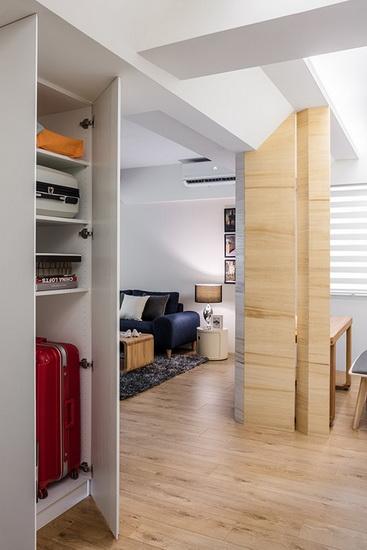运用梁下空间规划一座大型高柜,可摆放各式杂物或行李箱等大型物品。