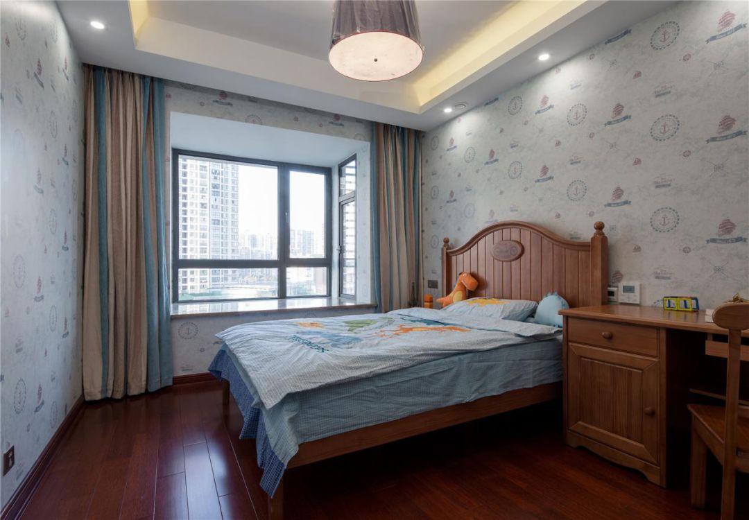 """儿童房采用""""卧室+书房设计"""",让孩子有了自己独立的学习空间。整个墙面铺设的墙纸,让整个空间活泼灵动。"""