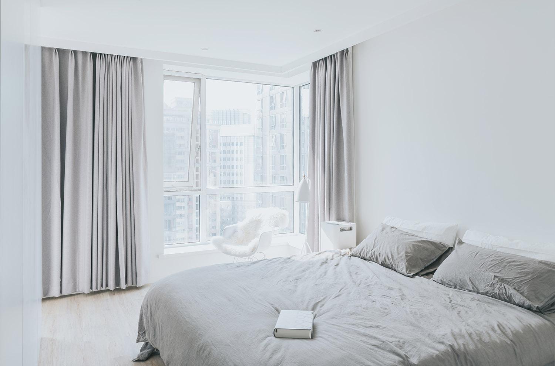 卧室的装饰也是比较简约大气的,很舒适的休息场所