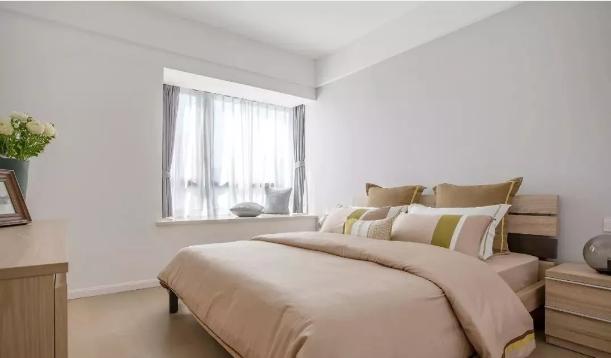 简洁舒适,木质家具搭配优雅甜美粉色系床上用品,有一种成熟的知性美感。