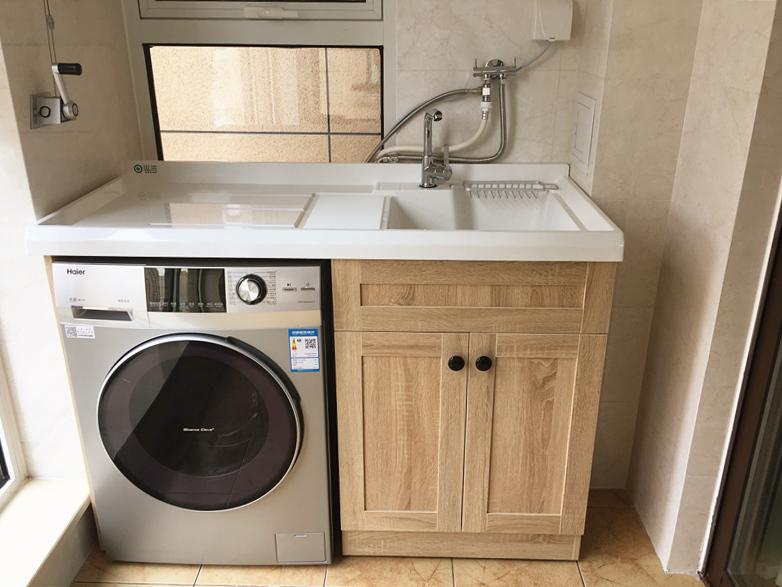 阳台特意留出洗衣机的空间,按照洗衣机尺寸定制了柜子,让每一寸空间都得到最大化利用。