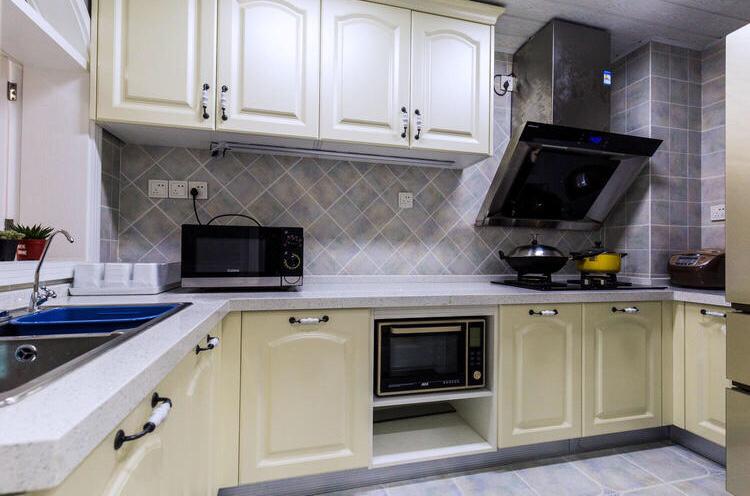 厨房以白色为主,全部铺的是瓷砖,方便主人更好的擦拭
