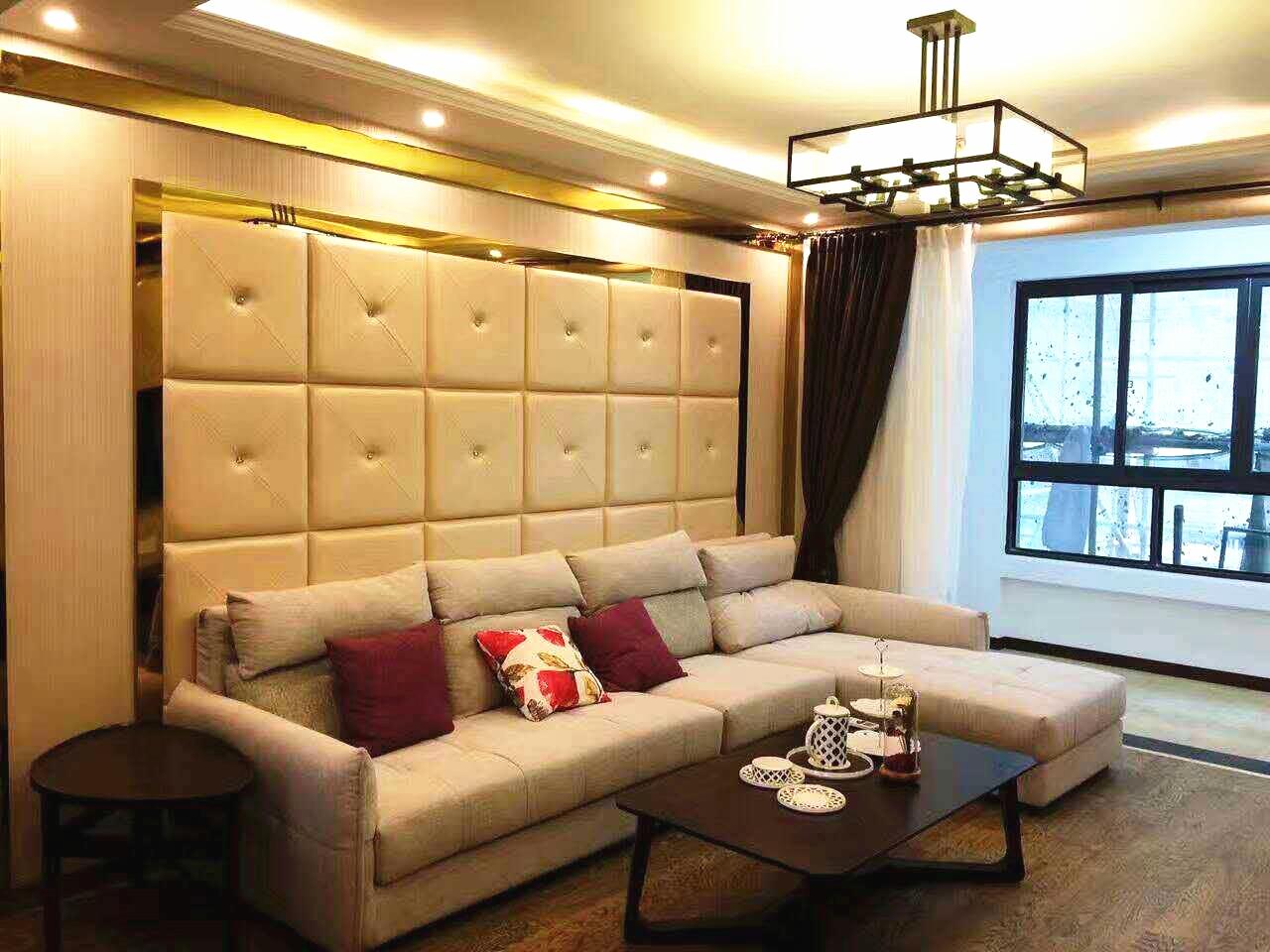 时尚、有格调的宽敞客厅,主要采用巧克力色、黄色的颜色搭配。