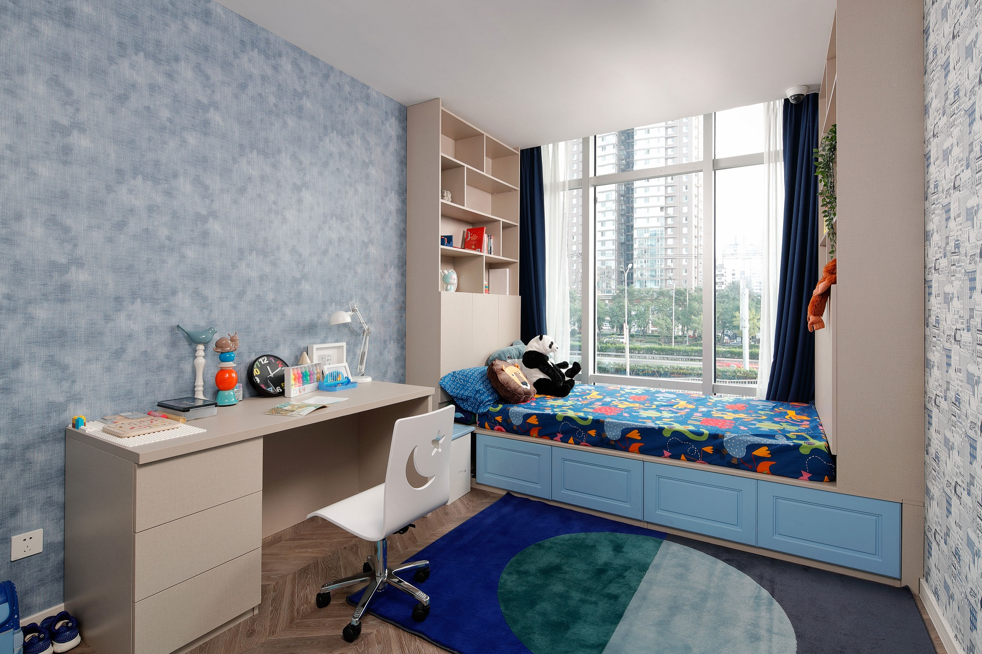 榻榻米+橱柜一体化设计是绝配,既满足孩子睡眠又解决了收纳问题,颇为实用。